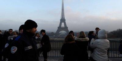 Des Policers En Patrouille Le 30 Decembre 2016 A Paris 5772819